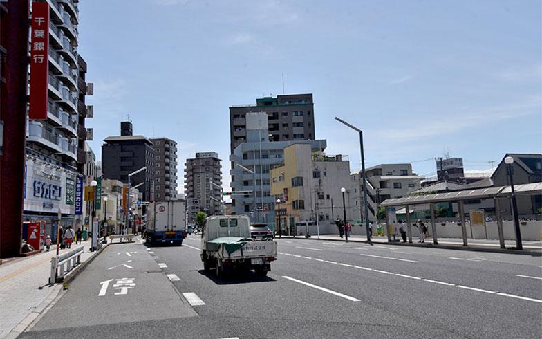 首都高速へ続く、やなぎ通り(写真撮影/小野洋平)