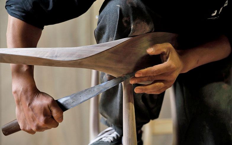 カンナや刀などの道具は各自が専用のものをそろえ、メンテナンスしながら使いやすいよう慣らしていく。松岡さんは「自分の道具は人に指1本触れさせない」とか(写真撮影/菊田香太郎)