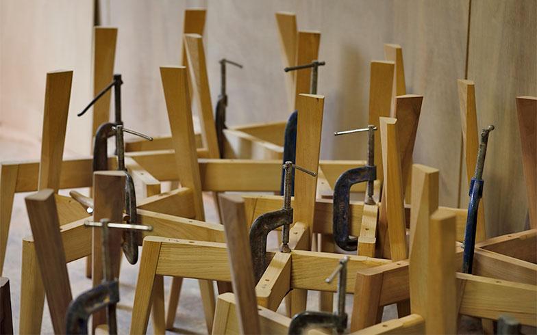 木の匂いと木粉が立ち込めるKOMAの工房には制作途中の家具が並ぶ(写真撮影/菊田香太郎)