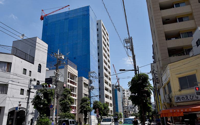 昭和通りを越えた根岸方面にも建設中のマンションが(写真撮影/小野洋平)
