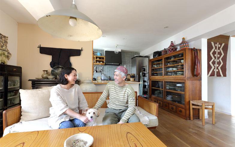 奥のキッチンは、タイルの色までこだわって妻がデザイン画を作成してイメージを伝えた。左の食器棚はイギリスの100年超えのアンティーク、右は大正末期の水屋箪笥というミックス感。手前のローテーブルが2年待ち、フィンランドのタピオ・ヴィルカラ(写真撮影/飯田照明)