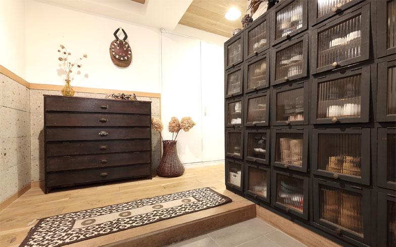 玄関ドアを開けると、マンションの玄関とは思えない広々した空間にパタパタ扉付きの昭和レトロな下駄箱が2つ。収納としての機能だけでなく、家具の存在そのものが絵になる(写真撮影/飯田照明)