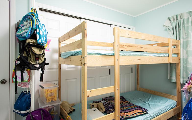 小学生男の子2人が過ごす子ども部屋。ベッドの脇には白い扉があり、ここを開くと隣の部屋とつながって広いスペースに(写真撮影/片山貴博)