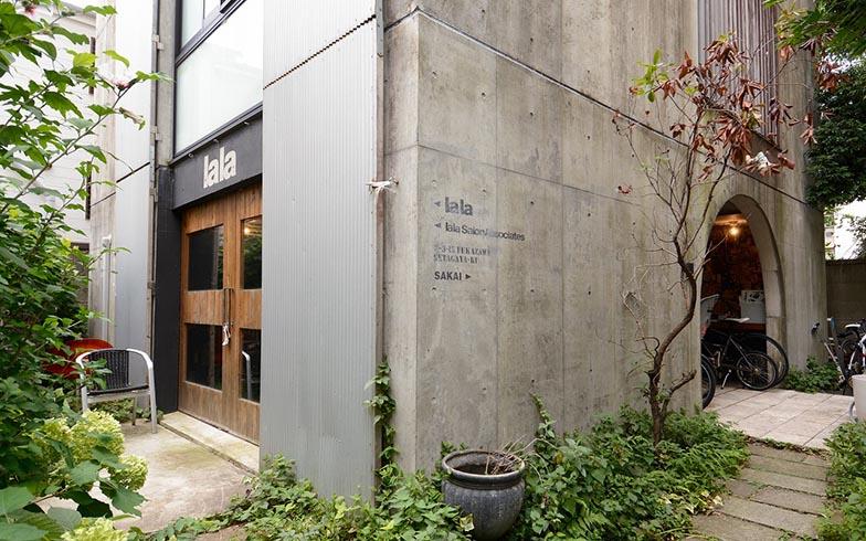 右手は家族が使う玄関、左手は店舗の入り口。ひとつの建物でありながら、公私が上手に切り分けられています(写真撮影/内海明啓)
