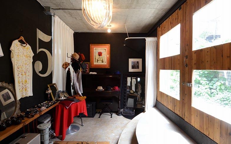 無機質な雰囲気とアンティークのような温かみがバランス良く共存する店舗スペース。「この部屋で一番古いものといえば、文化村のオークションで落札したダリの版画。この部屋の雰囲気にぴったりでしょう?」(写真撮影/内海明啓)
