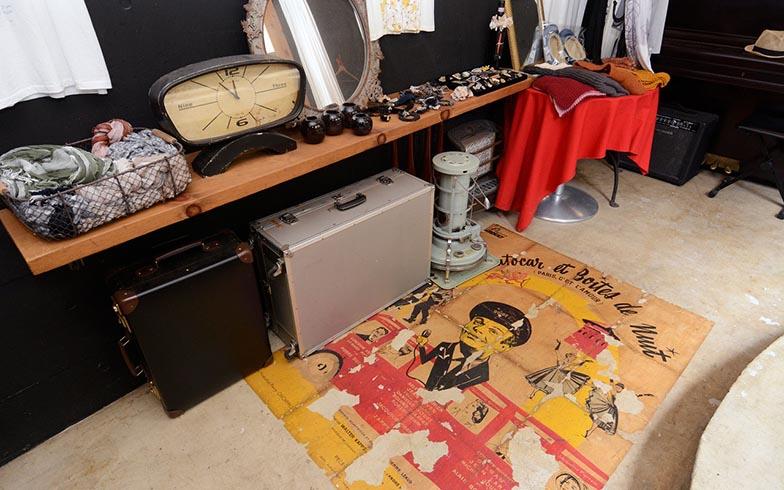 陳列棚は、建築資材の輸入販売店GALLUPで古材のように加工してもらった板を使用。床は、モルタルを塗った上にポスターを貼り、ニスで仕上げたそう。10年たって、良い味が出てきています(写真撮影/内海明啓)