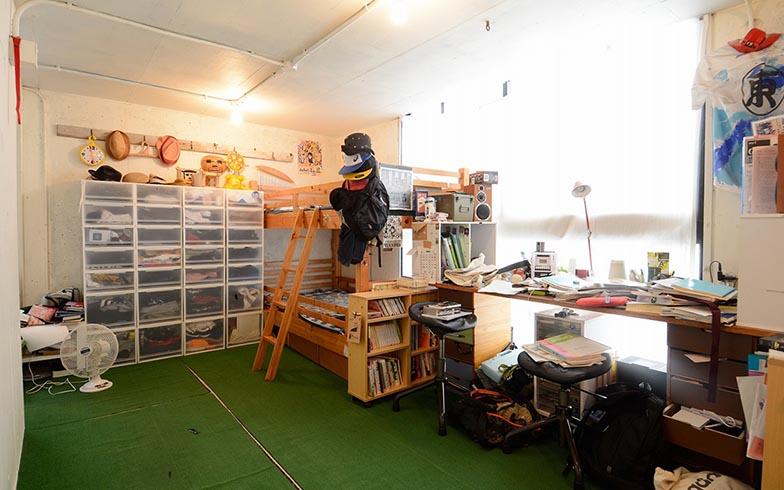 仕切りもなく、ぐるりとひとまわりできる子ども部屋を3人の子どもたちが駆けまわる様子が目に浮かぶようです。「建築中に通いつめて、自分で床や壁を塗ったり、人工芝を敷いたりしました」(写真撮影/内海明啓)