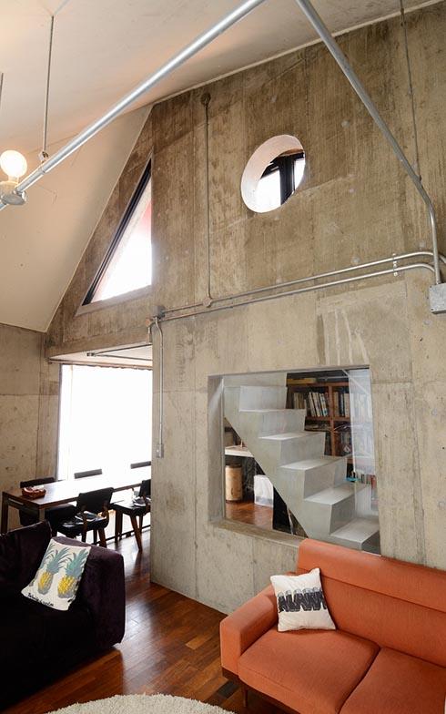 屋根の形に沿って天井の高さが違うのも面白さのひとつ。壁が丸、三角、四角に切り抜かれていたり、そこから向こう側が見えたり……と、シンプルなようで実は斬新な仕掛けがあちこちに光っています(写真撮影/内海明啓)