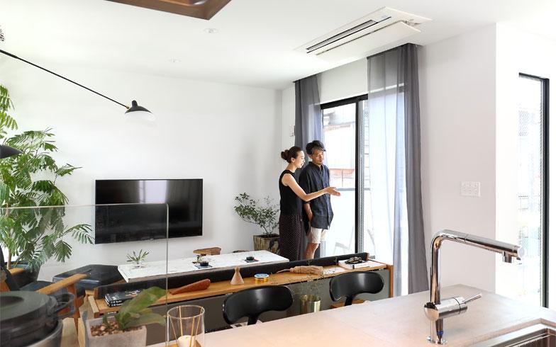 バルコニーに面した2階リビングは明るく風通しもいい開放的でモダンな空間(写真撮影/飯田照明)