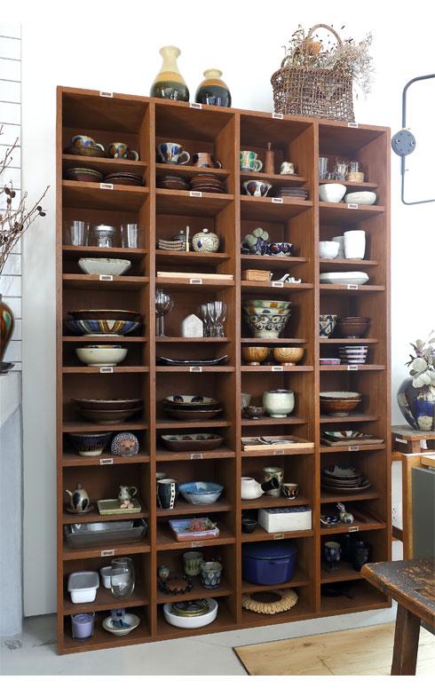 ダイニングの食器棚は昭和テイスト満載の小学校の靴箱を利用。「インターネットで探したもので約8000円です」。このセンスと探究心はお見事(写真撮影/飯田照明)