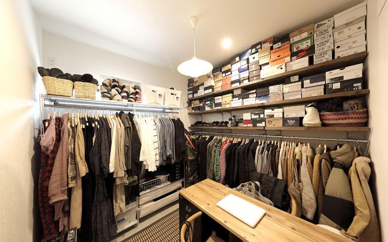 1階玄関脇のクロークスペースは服と靴類中心。洋服は2人で共用することも多いので個別にわけるのではなく共通で素材別色別にまとめてすっきり見せている。ハンガーから落ちないよう前ボタンは留めて掛ける、が村口家のルール(写真撮影/飯田照明)