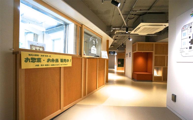 子どもの給食がつくられる惣菜店では、家庭用にテイクアウトもできる(写真撮影/蜂谷智子)