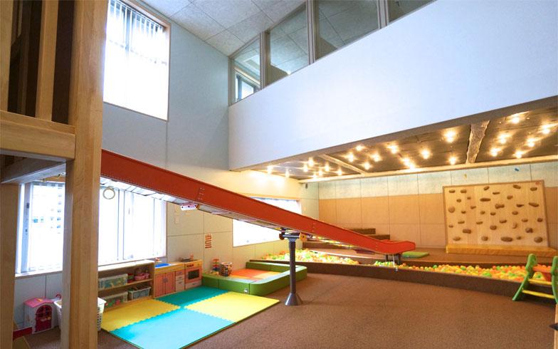 屋内遊び場は、大きな滑り台が特徴的、保護者は中二階から見守りながら仕事もできる(写真撮影/蜂谷智子)