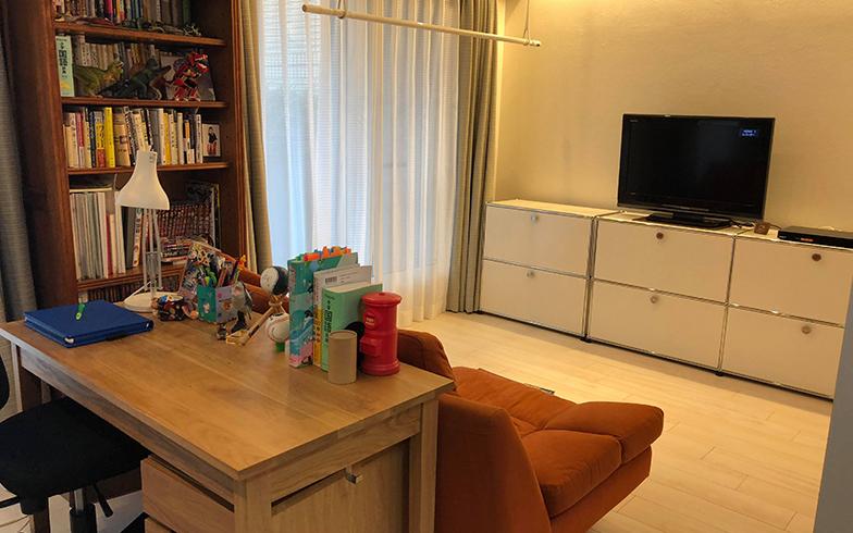 リビングの中央には子どもの学習デスクが。Mさんがダイニングやキッチンにいるときも、一緒の時間・空間を共有できる(写真提供/Mさん)