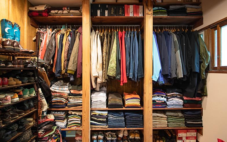 寝室のクローゼットコーナー3列のうち右側2列が近藤さん分。洋服の半分は新品、半分は40年代から70年代ものだという古着好き(写真撮影/片山貴博)