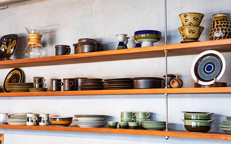 キッチンのオープンな収納棚には、シリーズごとにRORSTRAND(ロールストランド)やARABIAなどのビンテージ北欧食器がずらり(写真撮影/片山貴博)