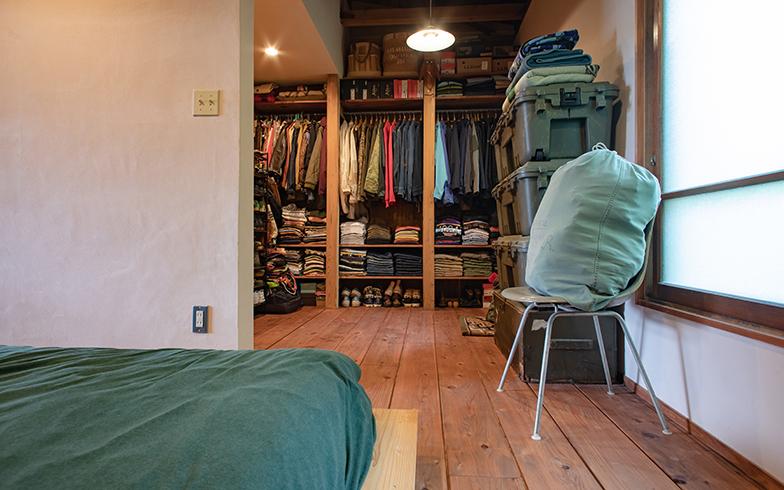 寝室の奥には広くオープンなクローゼットスペース。「クローゼットの中は隠したいものではないし、使い勝手の面でも湿気対策面でも扉を付ける必要を感じません」(写真撮影/片山貴博)