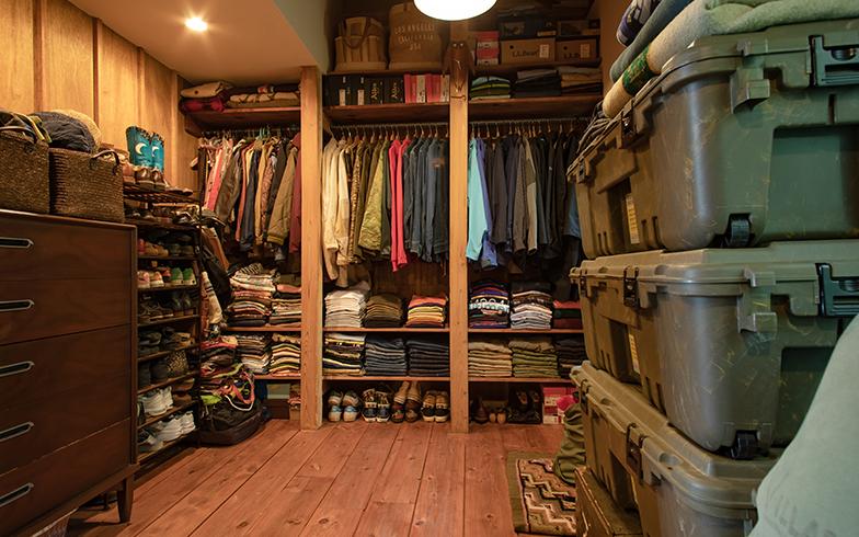 洋服は色別・柄別にまとめてきれいに畳むのが見せる収納のコツ。床から天井まで、ハンガーポールの上部も靴などがびっしり(写真撮影/片山貴博)