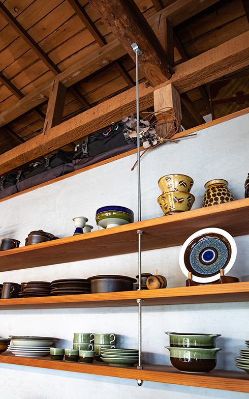 ビンテージの北欧食器コレクションをディスプレイするため、天井から吊って食器棚をあらかじめ造り付けた。天井までの空いたスペースも季節外の衣類などの収納に(写真撮影/片山貴博)