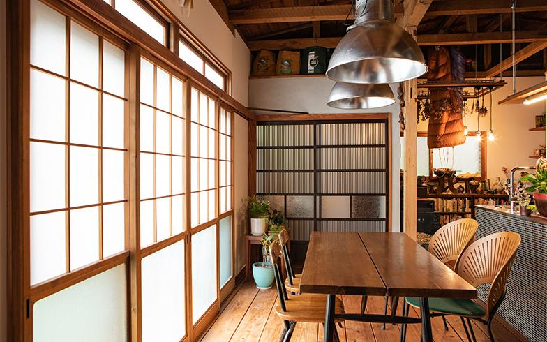 昭和の建具、50年代のフランスの照明、フィンランドの50年代のダイニングテーブルと椅子、これらが見事に調和している(写真撮影/片山貴博)
