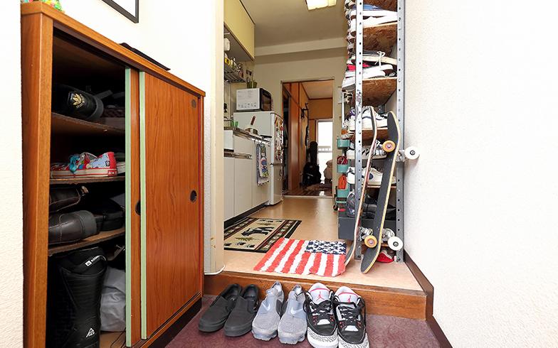 左手の造り付けの靴箱には12足しかはいらないため、通路の邪魔にならない奥行きの浅いオリジナルの靴用の棚をDIYして40足以上をたっぷり収納(写真撮影/飯田照明)