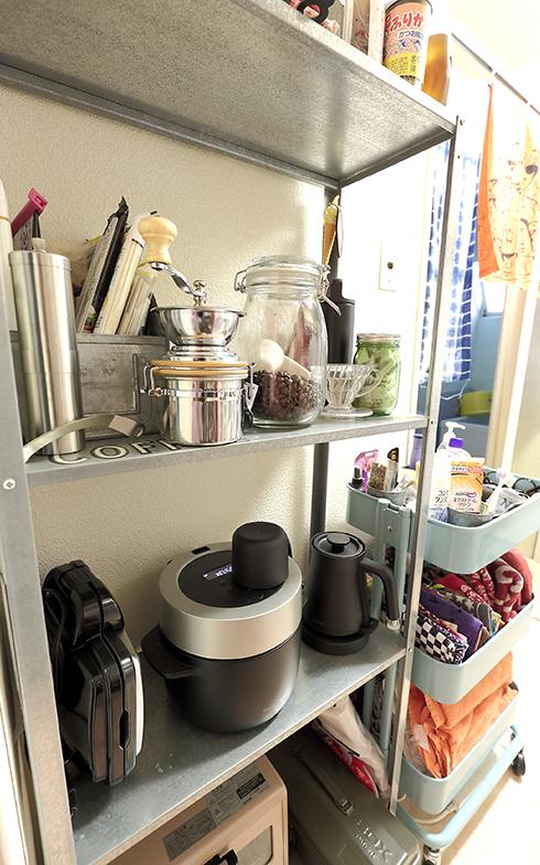 靴棚と並んで設置されたキッチン用品の棚と化粧品やバス用品を収納したワゴン。こちらも使いやすさ重視の見せる収納だ(写真撮影/飯田照明)