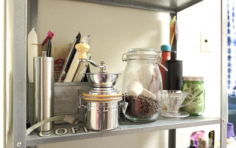 キッチン用品の棚には趣味のコーヒー豆やコーヒーミル。パスタなどの食材も見せて収納されている(写真撮影/飯田照明)