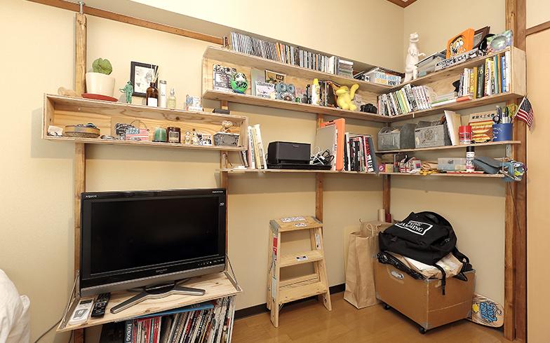 見せる収納のポイントになる自作の収納棚はテレビ台も兼ねた優れもの。材料費5000~6000円、制作日数は色塗りから始めて、トータル2日間だという(写真撮影/飯田照明)