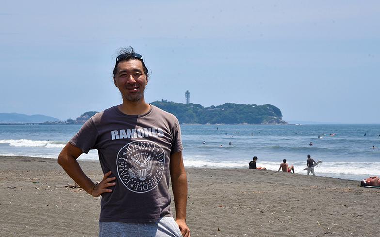 中野拓さん。後ろに見えるのは「江の島」(写真撮影/小野洋平)