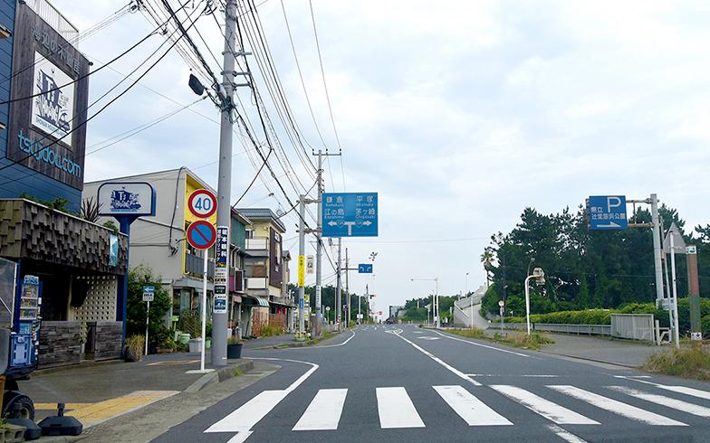 国道134号線へ続く昭和通り。道沿いにはサーフショップやカフェなどが立ち並ぶことから「サーファー通り」と呼ばれている(写真撮影/小野洋平)
