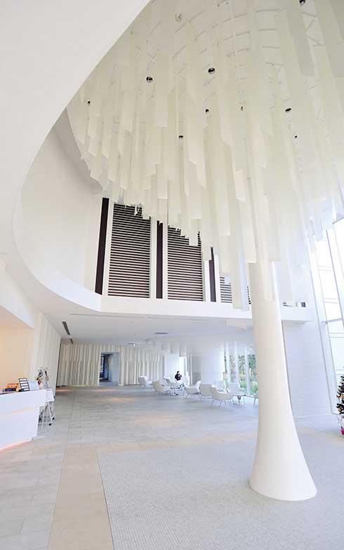 1 階のメインエントランスを入ってすぐの場所に広がる開放的なラウンジ(写真撮影/柴田ひろあき)