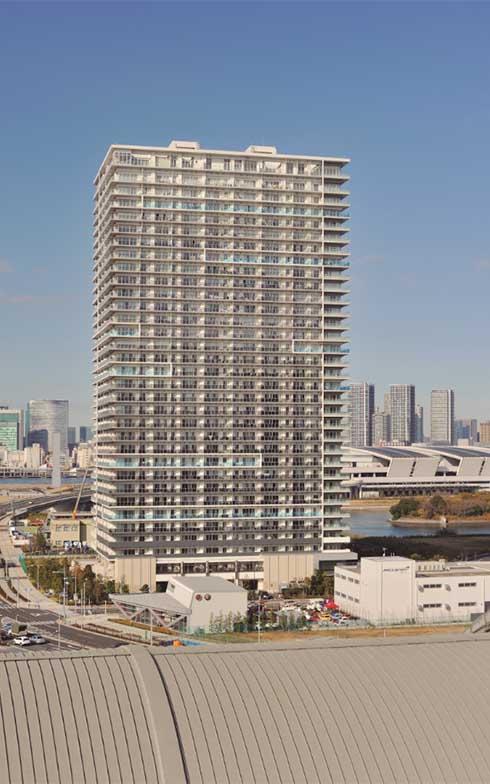 マンションの外観。高い建物が隣接していないので、視界が開けている(写真撮影/柴田ひろあき)