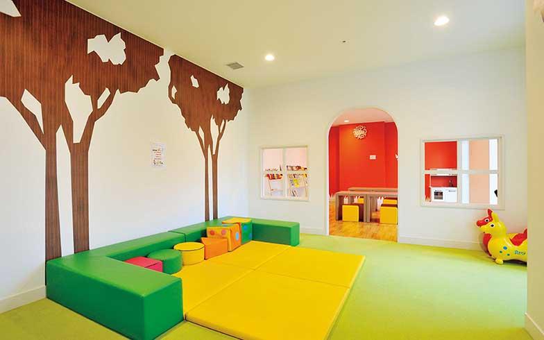 1 階にあるキッズルーム。スペースを充てるだけでなく、子ども向けのデザインに仕上げてある(写真撮影/柴田ひろあき)