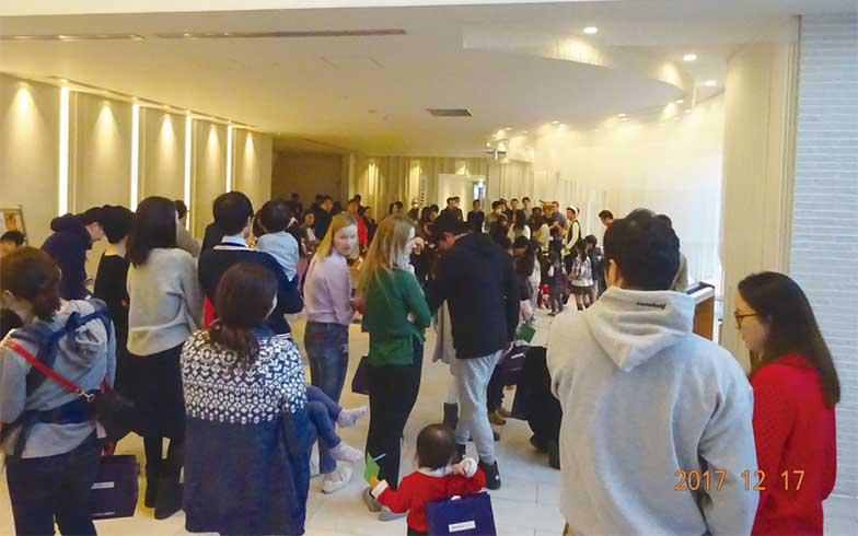 .エントランスで開催されたクリスマス会の様子(写真提供/ブリリア有明シティタワー管理組合)