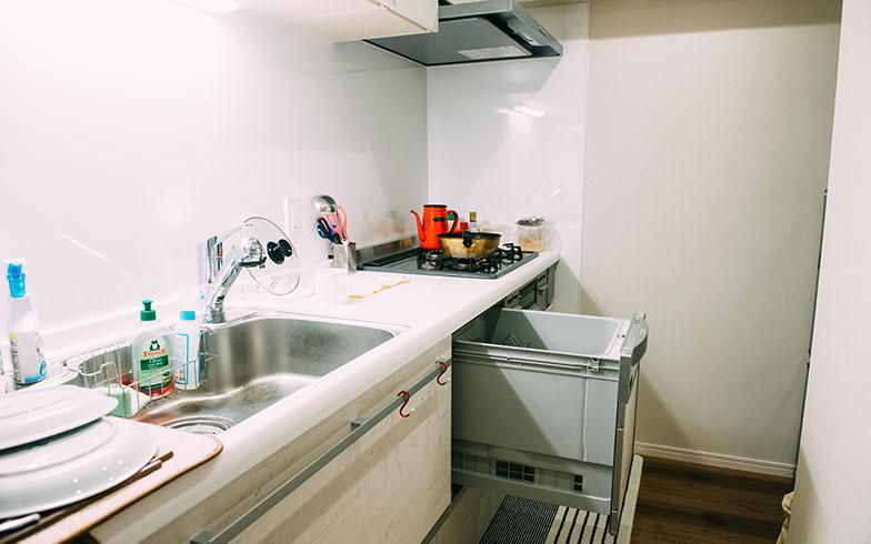 「リビングと仕切られている方が、湯気や臭いがリビングにたちこめる心配がないので、キッチンが独立している物件を選んだ」と語るSさん夫婦。写真中央は奥さまお気に入りの食洗器(写真撮影/土田凌)