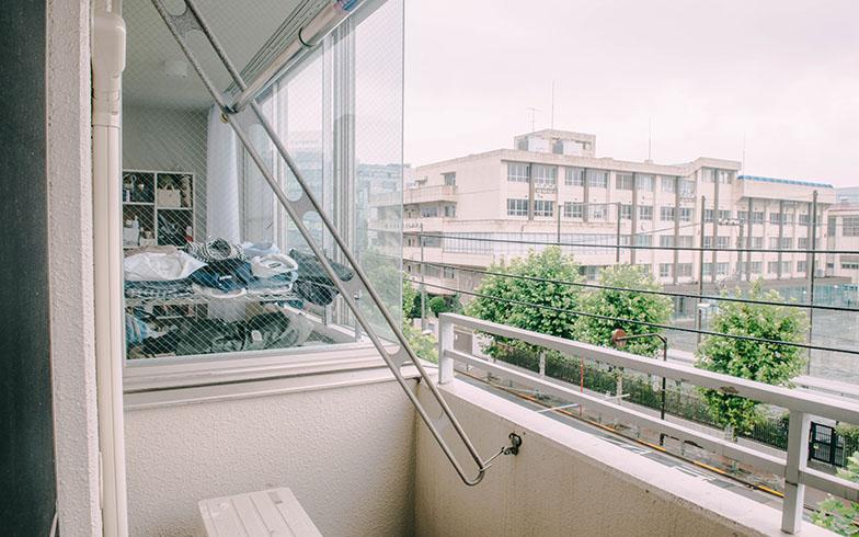 バルコニー側から見たはめ殺しの大型の窓(写真撮影/土田凌)