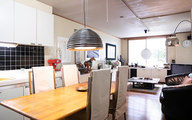 料理研究家のご自宅らしく、キッチンと大きなテーブルのあるダイニングが中心の住まい(写真撮影/片山貴博)