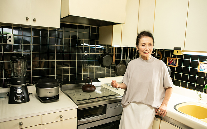 オール電化住宅なのでコンロはIHクッキングヒーター。鉄瓶でお湯を沸かすところが、流石!黒のタイルは清掃性もデザイン性もある賢明なデザイン(写真撮影/片山貴博)