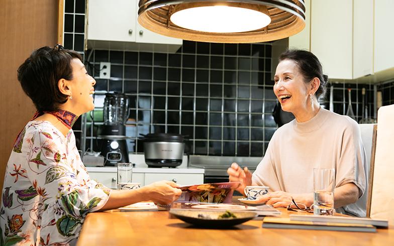 「息子の朗読のお話に、料理しながら泣けてきたりもしたわ!」って、とてもかわいいママ(写真撮影/片山貴博)