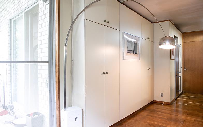 天井高までの間仕切り収納に、ステンレス扉の冷蔵庫(『ASKO』製)もスッキリ納まっている(写真撮影/片山貴博)