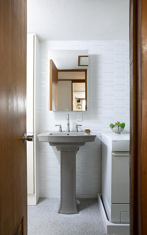 ホテルライクなトイレ・洗面・バスがワンルームになった空間。背が高い民子さんが選んだのは、米国「KOHLER(コーラー)」のペデスタル型洗面(写真撮影/片山貴博)