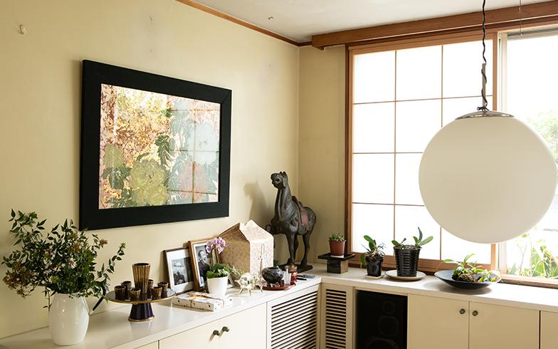 リビングの棚には秀雄さんの思い出の品々と共に、まだお骨も。民子さんを見守っていた(写真撮影/片山貴博)