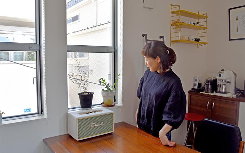 窓辺には一目惚れしたという観葉植物が二鉢(撮影/小野洋平)