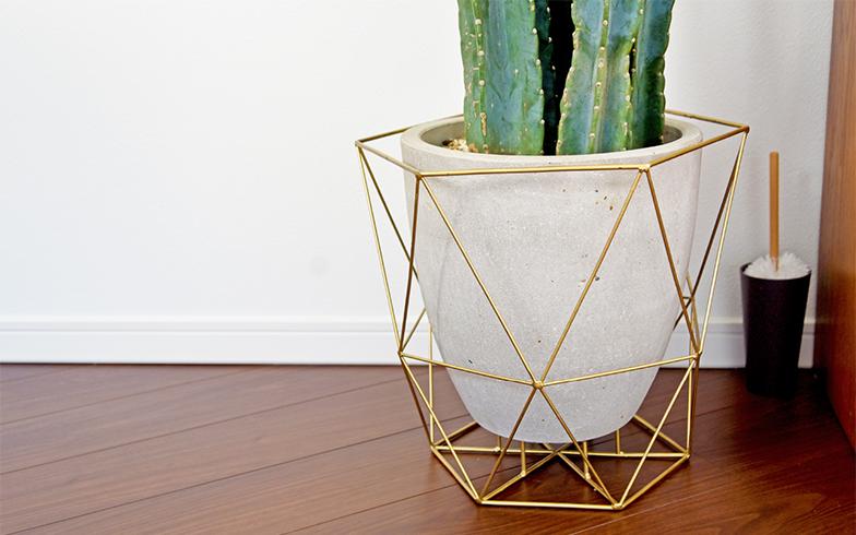 グレージュな焼物に、幾何学的なカバーを組み合わせた鉢。主張し過ぎず、かつスパイシーなアクセントに(撮影/小野洋平)