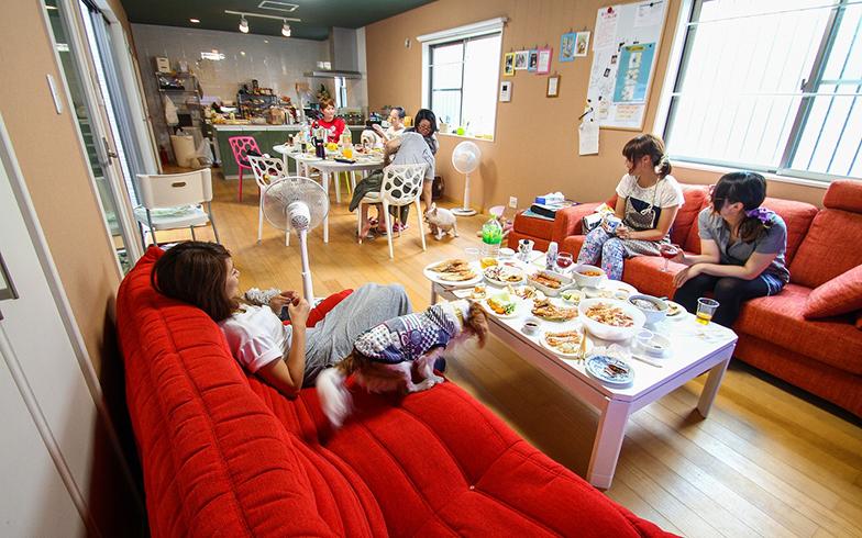 入居者が集まってパーティーを開くことも。ペットも他の入居者と一緒にくつろいでいる(画像提供/HOUSE-ZOO株式会社)
