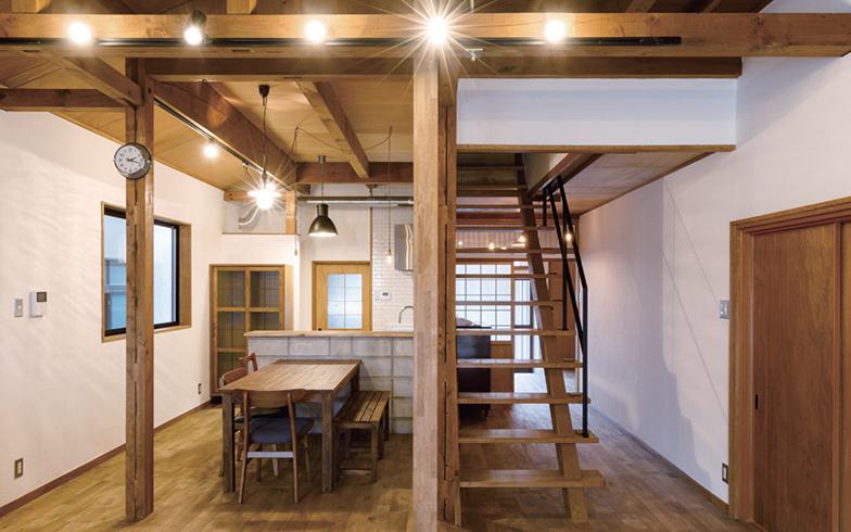 既存の柱や梁を残したナチュラルな空間に、コンクリートブロックやアイアンの階段手すりなどハードな素材を組み合わせた。「黒のアイアンだとグッと引き締まり、白にするとなじむ感じにできます。どんなデザインテイストでも取り入れやすいのが魅力です」(画像提供/LIV(リヴ))