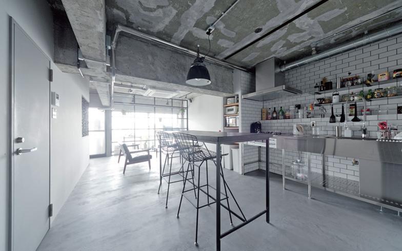 薄塗りができてクラックが入りにくいモルタルに似た質感の左官材をダイニングテーブルの天板(てんばん)や床全体に使用。「『ペットがいるので水拭きできる床に』との要望に応え、メンテナンス性とデザイン性を両立させました」(画像提供/ハコリノベ(サンリフォーム))
