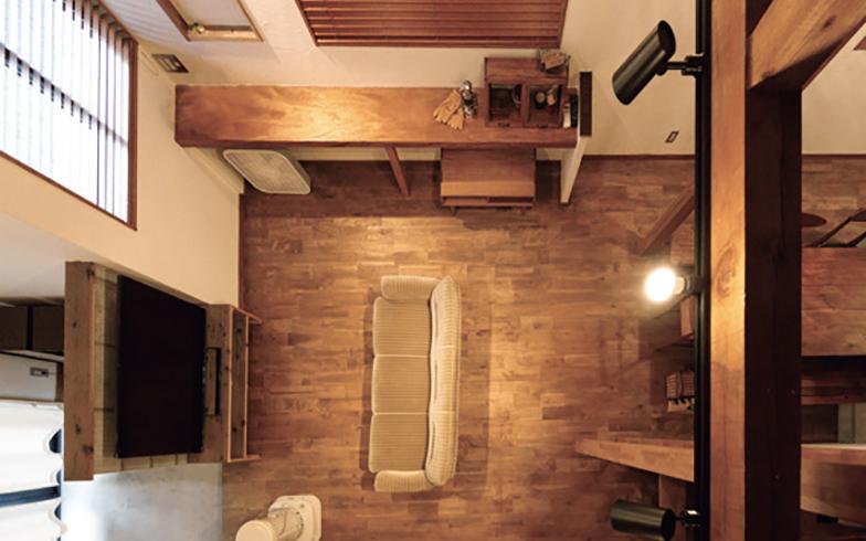 玄関の式台に使われていた立派な木をリビングのカウンターに再利用。「捨ててしまうにはもったいない部材を活用すれば、古さを活かしたデザインの融合が楽しめます」(画像提供/LIV(リヴ))