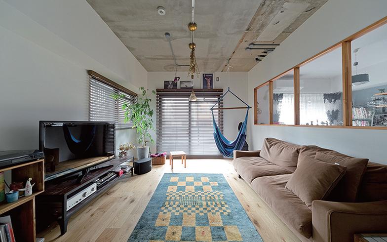 スラブむき出しの天井にホワイト塗装の壁、木製サッシの室内窓を合わせ、どんなテイストにも似合う空間に。「気分に合わせて家具を入れ替えたい人や、家族の成長とともに内装を変えたい人に取り入れやすいデザインです」(画像提供/シンプルハウス)