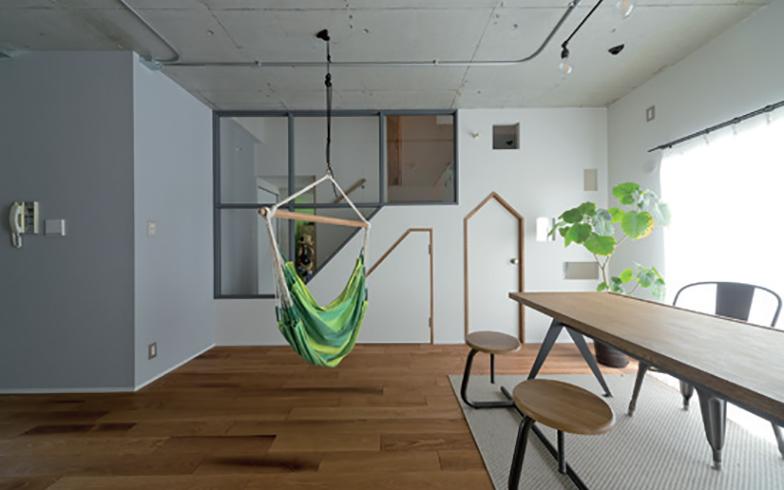 6人家族が集まる広いリビング。「遊び心のあるデザイン扉で子どもたちがワクワクするような空間を演出し、ガラス窓で家族の気配をいつも感じられるよう配慮しました」(画像提供/SCHOOL BUS)